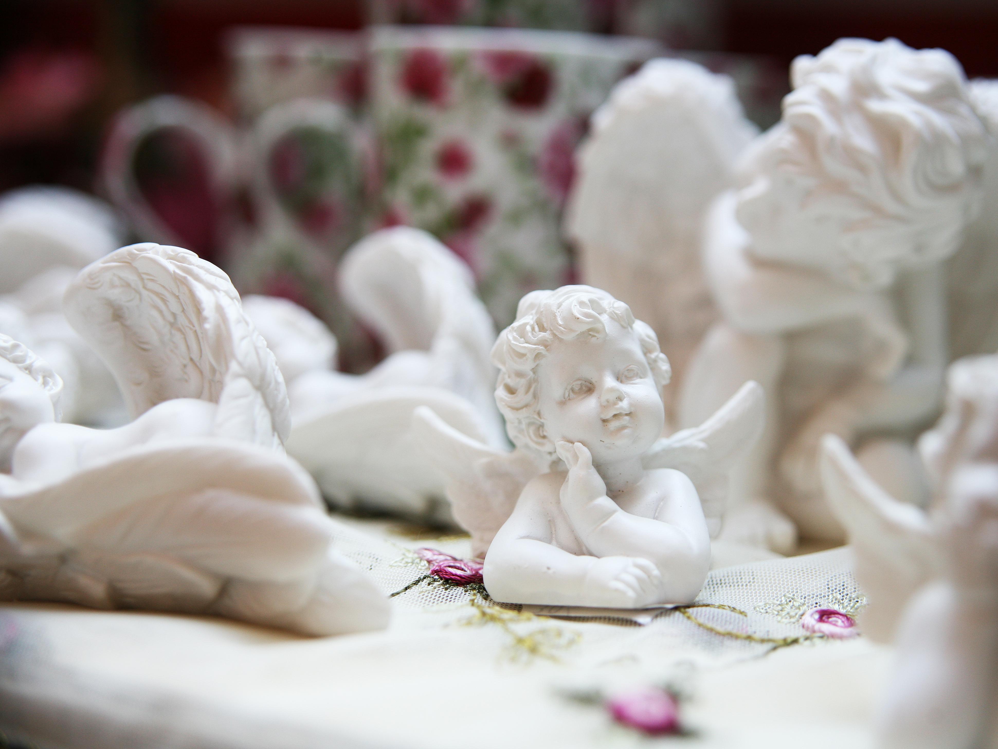 Nahaufnahme eines Engels aus Keramik