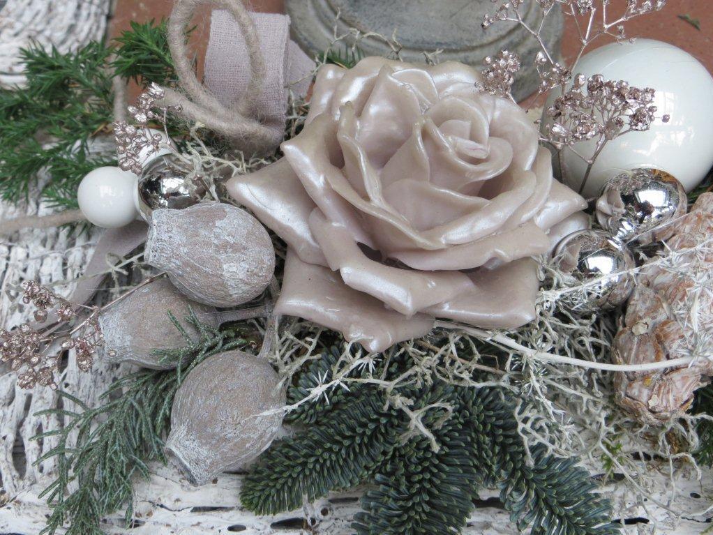 Kleineres Blumengesteck für die Weihnachtszeit