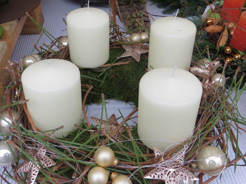 Adventkranz mit weißen Kerzen