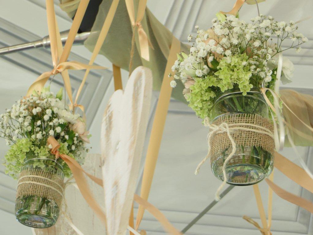 Frühlingshafte Blumengestecke zum Aufhängen