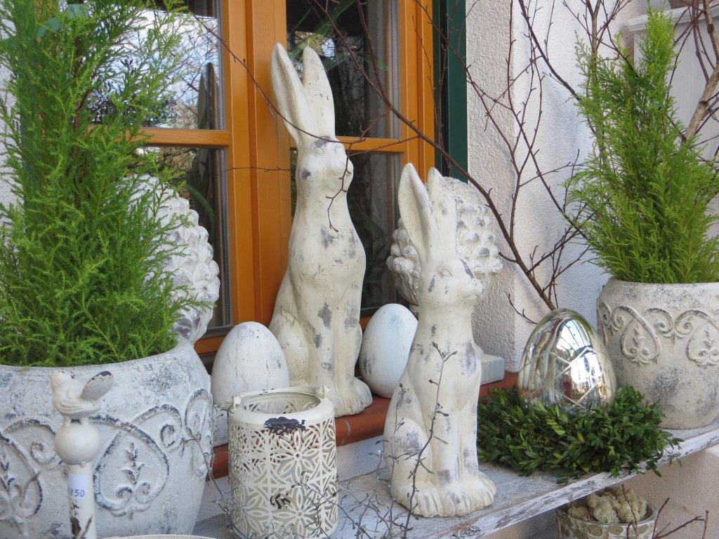 Statue eines Osterhasen vor dem Türeingang