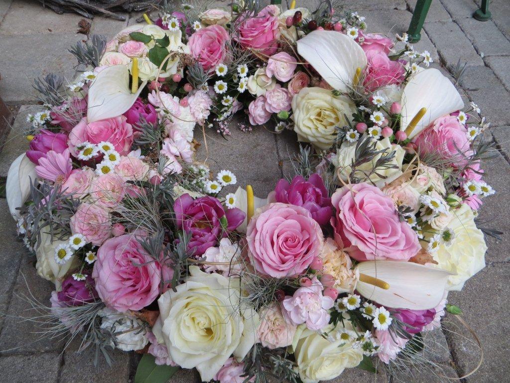 Bunter Blumenkranz mit verschiedensten Rosen
